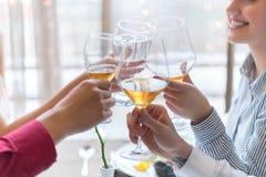 Deux couples grillant à la célébration dans le restaurant Images libres de droits