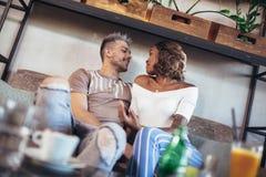 Deux couples heureux de métis ayant l'amusement au café Photos libres de droits