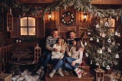 Deux couples mariés sont des amis par bonne année photos stock