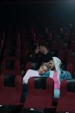 Deux couples romantiques dans la salle de cinéma Images libres de droits
