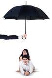 Deux couples se situant dans le studio sous le parapluie Photographie stock libre de droits