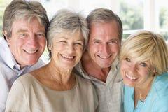 Deux couples souriant à l'intérieur Images stock