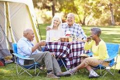 Deux couples supérieurs appréciant des vacances de camping Photographie stock libre de droits