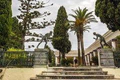 Deux coureurs en bronze sur le palais d'Achilleion de princesse Sissy à Corfou, Grèce photos libres de droits