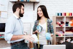 Deux couturiers regardant des vêtements photographie stock