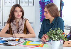 Deux couturiers travaillant ensemble au bureau Image libre de droits