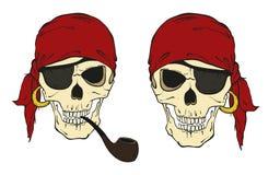 Deux crânes de pirate avec le chapeau, le tuyau de tabagisme et la correction d'oeil Photographie stock