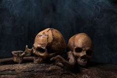 Deux crânes humains avec de la fumée Images libres de droits