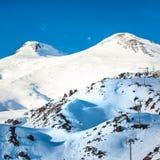 Deux crêtes de montagne d'Elbrus dans la neige Photo libre de droits