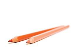 Deux crayons colorés par peau d'isolement sur un fond blanc Photo stock