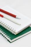 Deux crayons lecteurs sur le bloc-notes Photos stock
