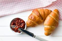 Deux croissants sur la table en bois Photo libre de droits