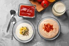 Deux cuvettes avec des sauces pour le taco de poissons Photo libre de droits