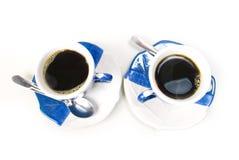 Deux cuvettes avec du café noir Image stock