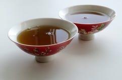 Deux cuvettes chinoises de porcelaine avec le thé pour la cérémonie de thé Image stock