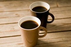 Deux cuvettes de café avec le DOF peu profond Image libre de droits
