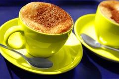 Deux cuvettes de café jaunes Images libres de droits