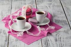 Deux cuvettes de café sur la table en bois Photo stock