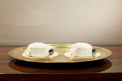 Deux cuvettes de café sur le plateau Image libre de droits
