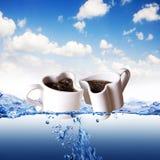 Deux cuvettes de café en forme de coeur dans une eau Photographie stock