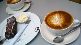 Deux cuvettes de cappuccino Art de Latte Photographie stock