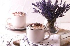 Deux cuvettes de chocolat chaud avec la crème fouettée Images stock