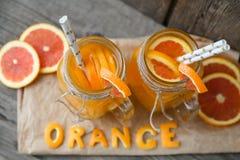 Deux cuvettes de jus d'orange Image stock
