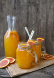 Deux cuvettes de jus d'orange photographie stock