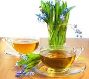 Deux cuvettes de thé et de fleurs Photographie stock