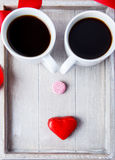 Deux cuvettes et bonbons de café Photographie stock