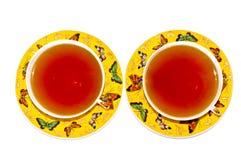 Deux cuvettes jaunes de thé Photographie stock