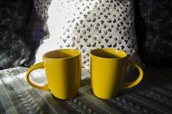 Deux cuvettes jaunes de thé Photographie stock libre de droits