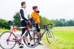 Deux cyclistes de sport ayant la coupure Photographie stock