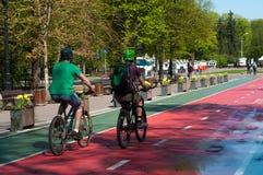 Deux cyclistes en parc Photo stock