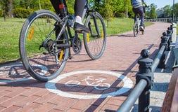 Deux cyclistes montant sur le chemin de vélo Photographie stock libre de droits