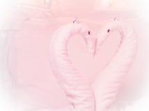 deux cygnes de serviette formés sur le lit Photo stock