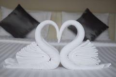 Deux cygnes faits de serviettes formant la forme de coeur Photographie stock libre de droits