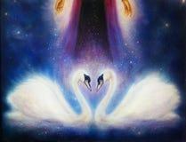 Deux cygnes romantiques sur l'espace cosmique, et main de femme avec des étoiles Photo libre de droits