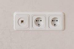 Deux débouchés électriques sur la norme d'UE de mur et la prise de téléphone Image stock