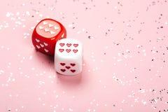 Deux découpe avec des coeurs sur le fond rose Image libre de droits