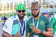 Deux défenseurs d'équipe de football de ressortissant du Nigéria Image libre de droits