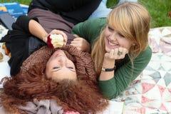 Deux défuntes filles heureuses d'ados Images stock