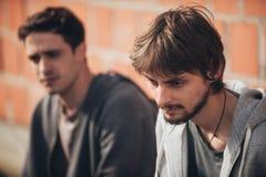 Deux déprimés et jeunes amis tristes d'amis pensant au probl Photos libres de droits