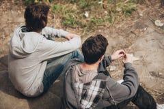 Deux déprimés et jeunes amis tristes d'amis pensant au probl Photo libre de droits
