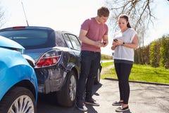 Deux détails d'assurance d'échange de conducteurs après accident Image libre de droits