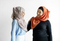 Deux d'amis islamiques parlant et saluant Images stock