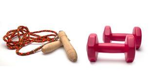 Deux d'haltères, corde à sauter pour un exercice image stock