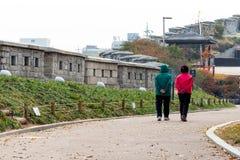 Deux dames âgées marchant en parc images stock