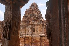 Deux dames avec du charme dans la posture vivace, découpée sur un pilier du mandapa oriental de mukha, temple de Mallikarjuna, te photos libres de droits