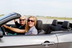 Deux dames conduisant le convertible Image stock